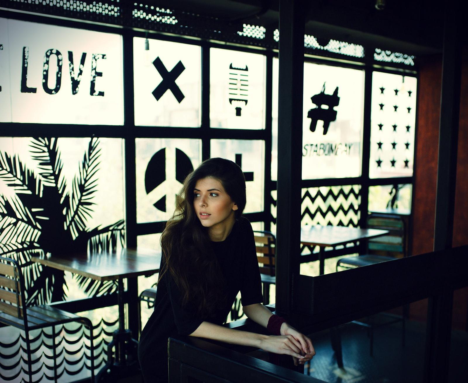 kobieta czeka w restauracji