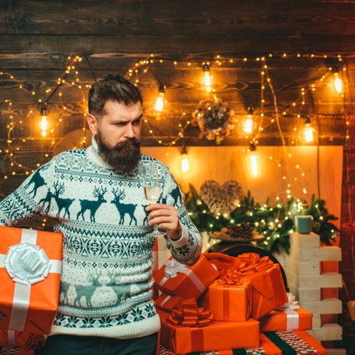 mężczyzna w świątecznym swetrze