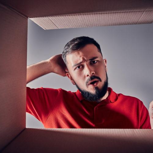 mężczyzna otwierający prezent