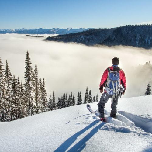 mężczyzna w górach zimą