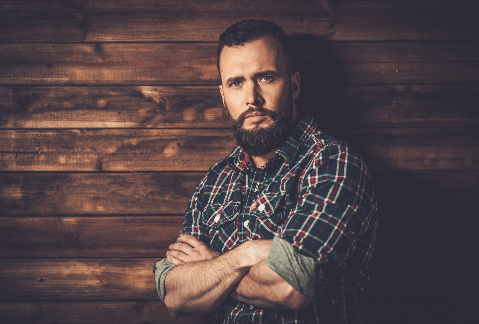 Koszule flanelowe męskie – z czym nosić, żeby nie wyglądać jak village boy?