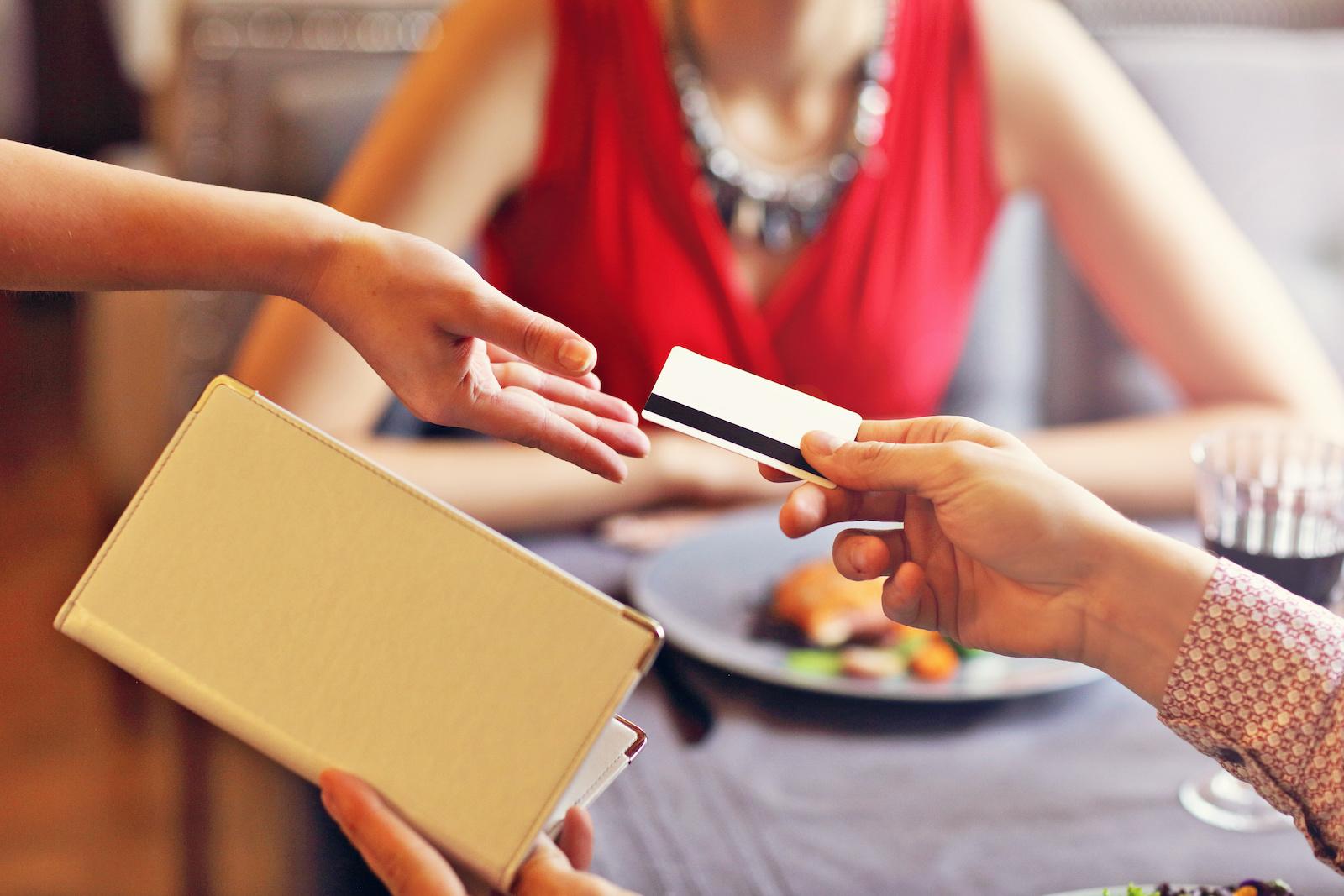 płacenie w restauracji na pierwszej randce