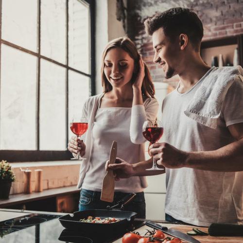 gotowanie romantycznej kolacji w domu