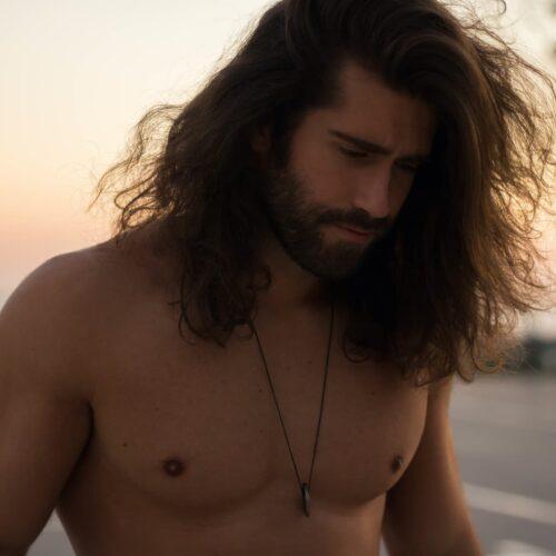 chłopak z długimi włosami