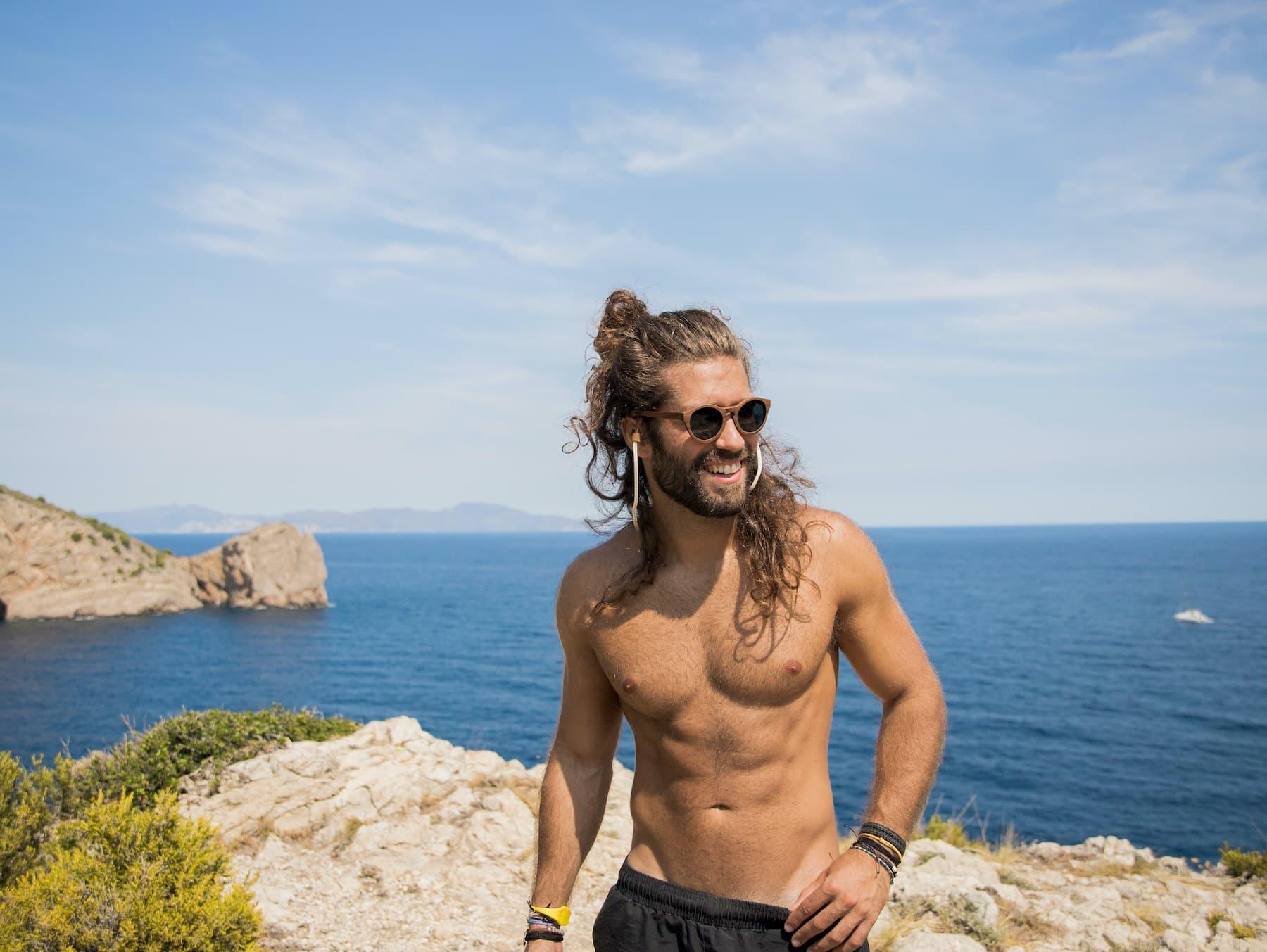 facet z długimi włosami