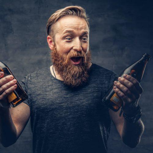 mężczyzna z dwoma piwami w ręce