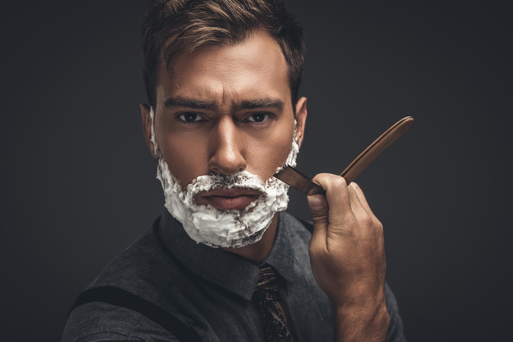 Wraca moda na golenie brzytwą. Jak się ogolić brzytwą?