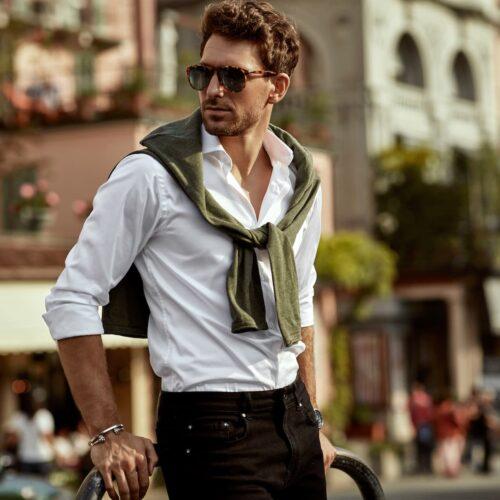 koszula męska w spodniach