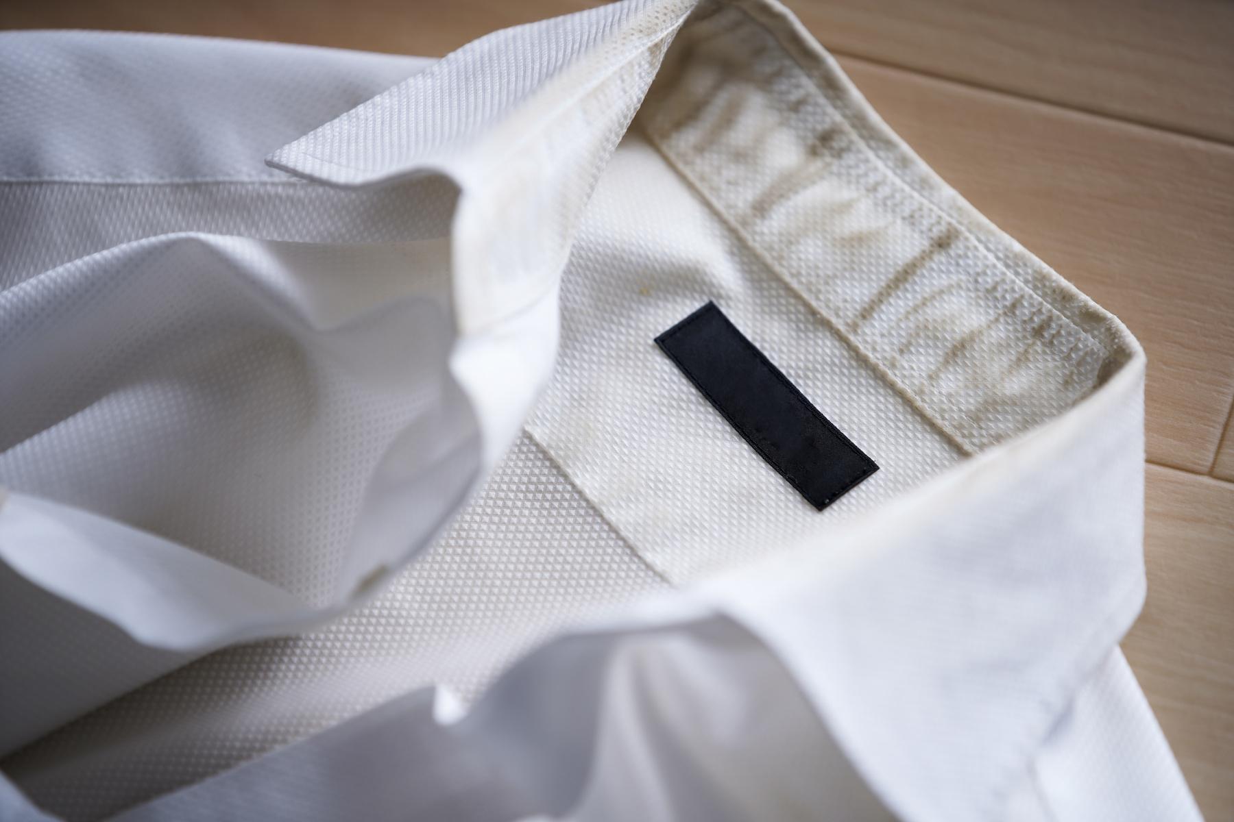 Jak usunąć żółte plamy pod pachami z koszul i pobrudzone mankiety oraz jak odczyścić kołnierzyk?