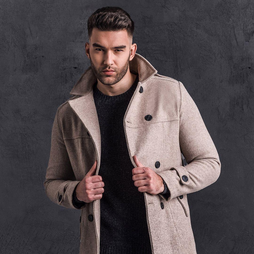 model w płaszczu