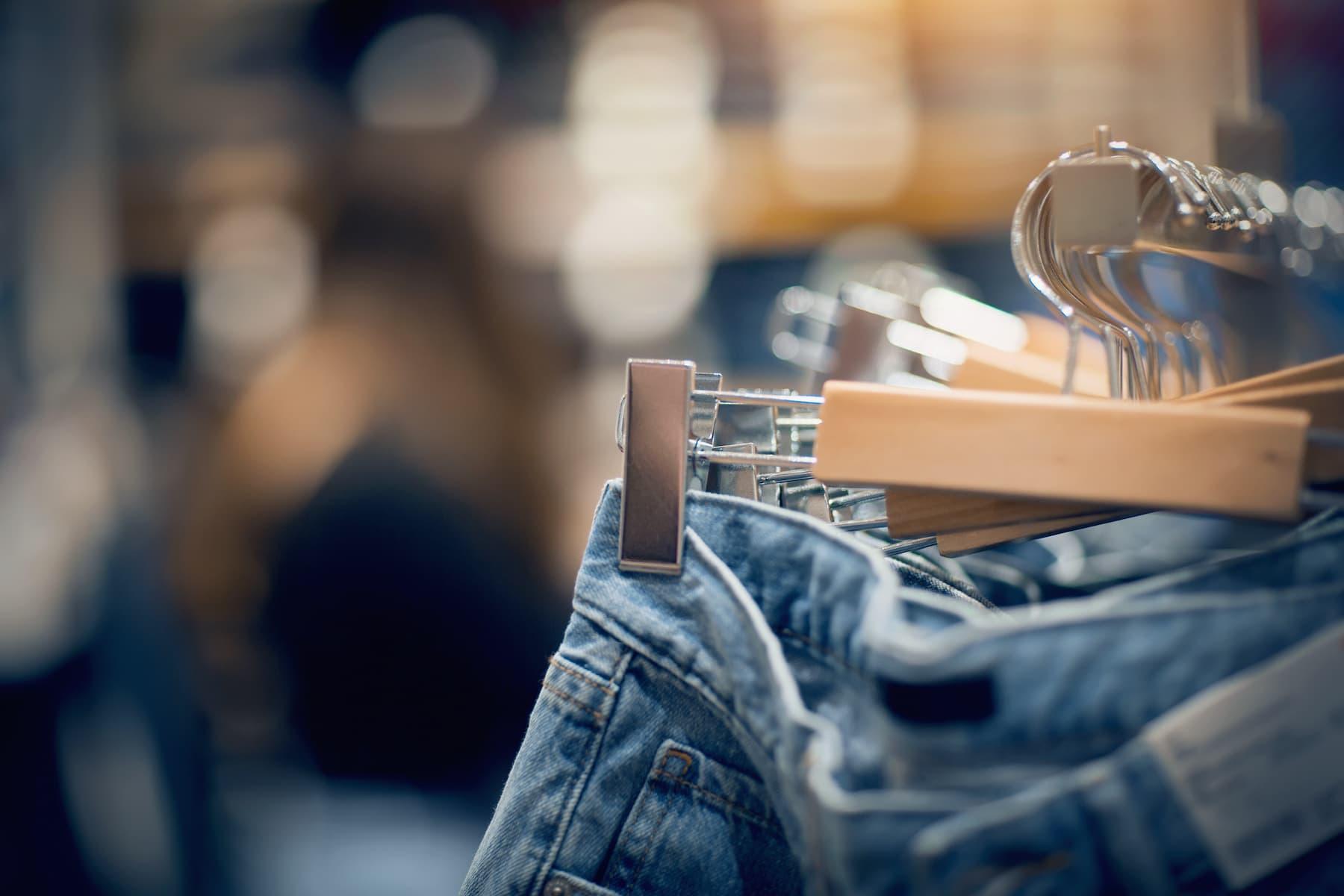 jeansy na wieszaku