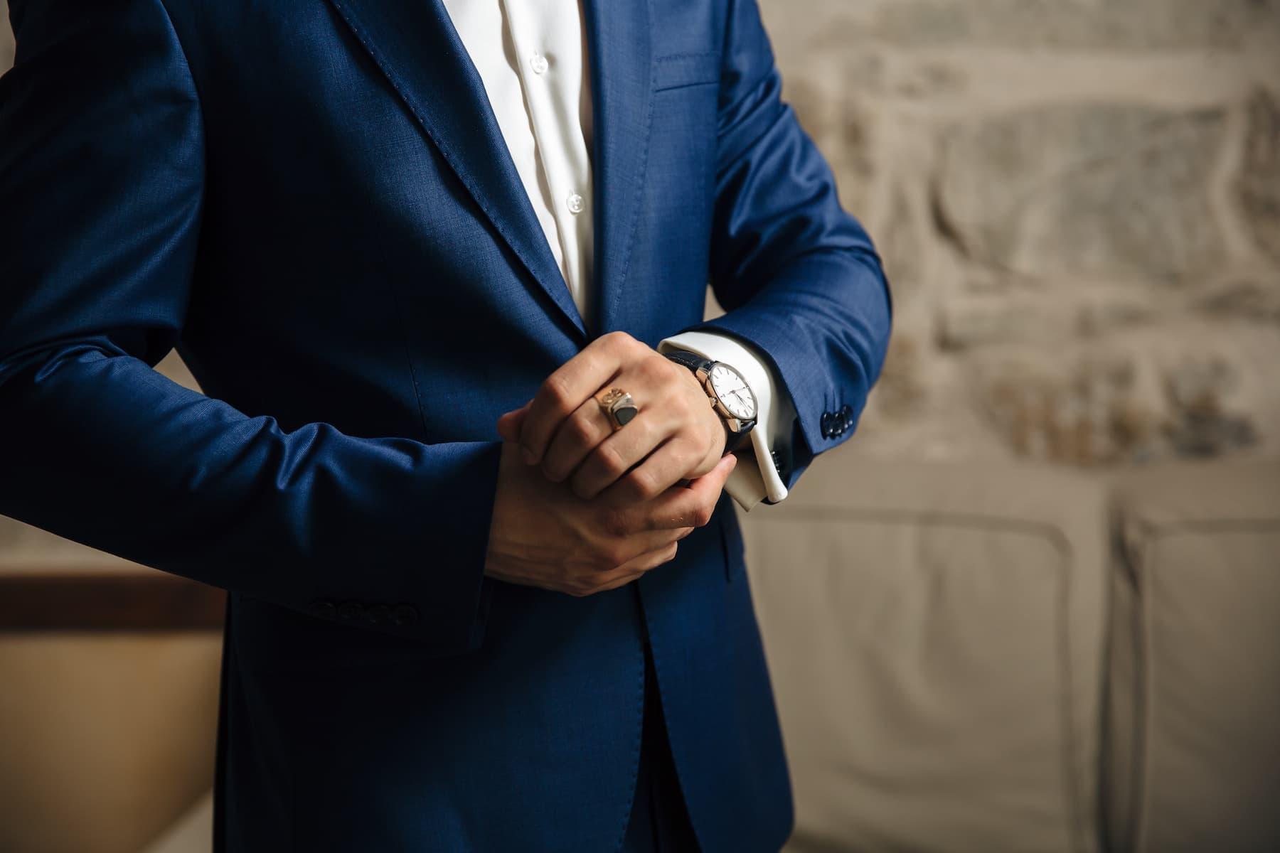 ciemnoniebieski garnitur
