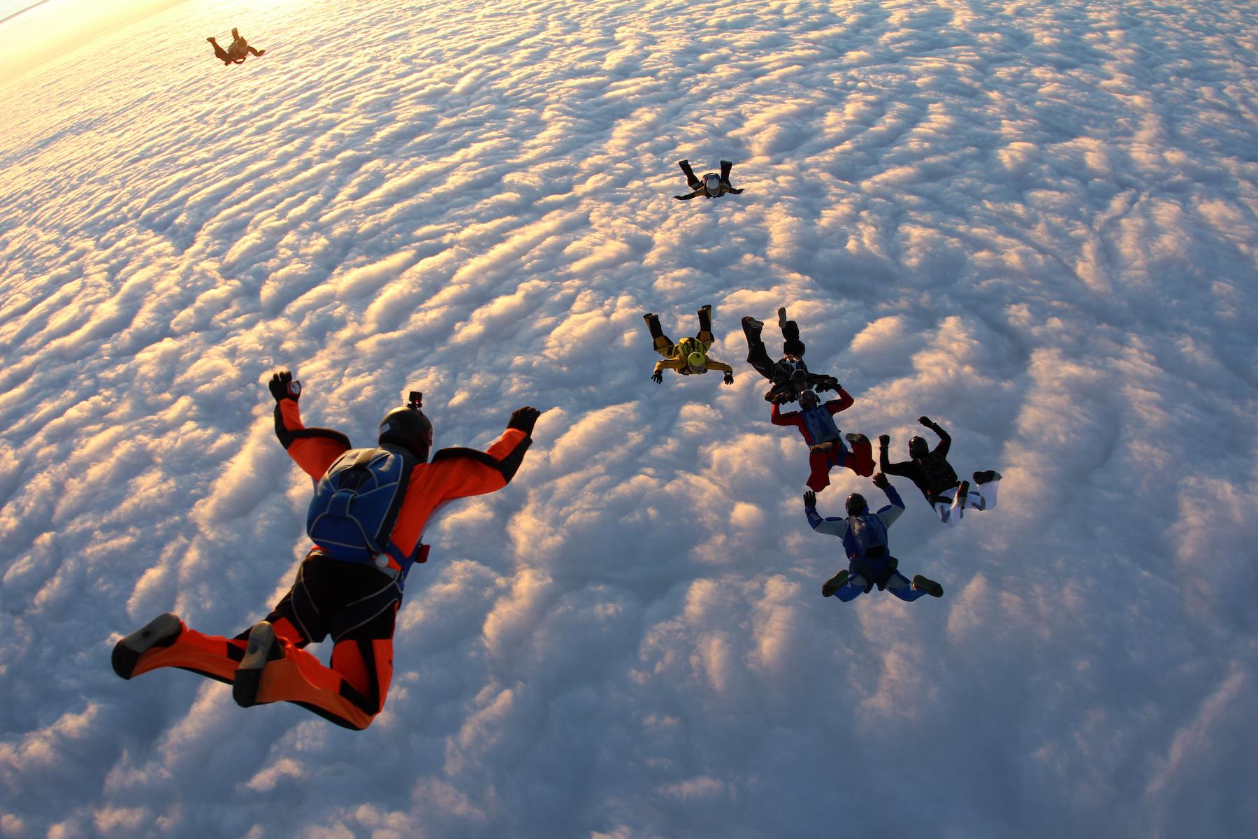 grupowy skok na spadochronie