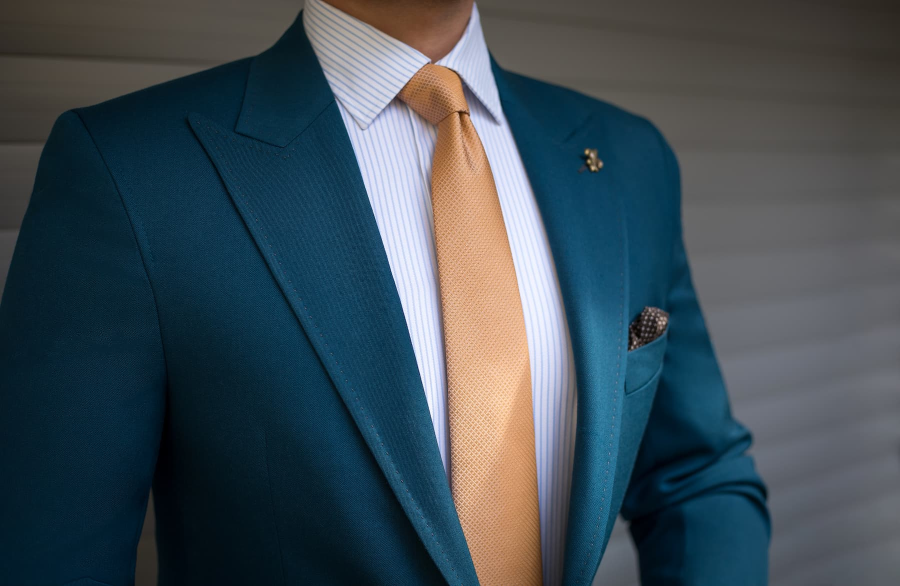 granatowa marynarka, ozonee, krawat, slub urzędowy, co ubrać jako gość