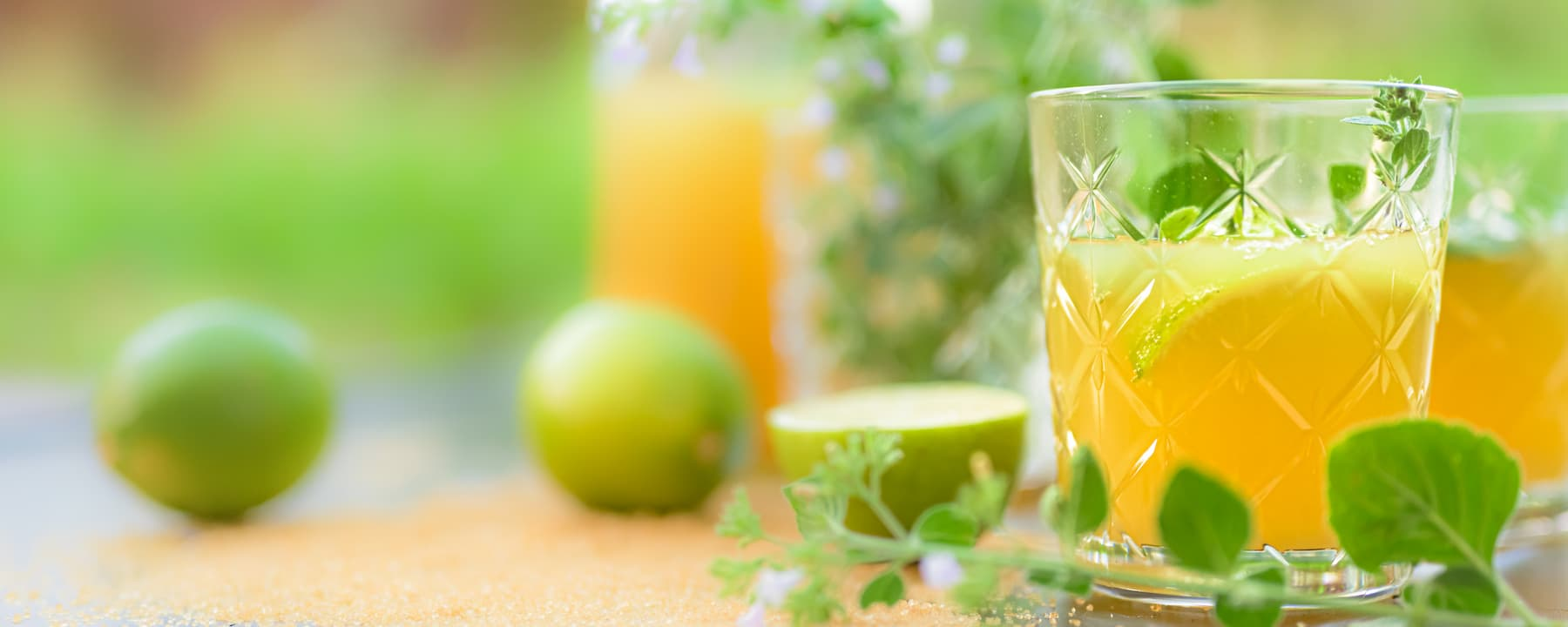 drink z sokiem pomarańczowym i limonką