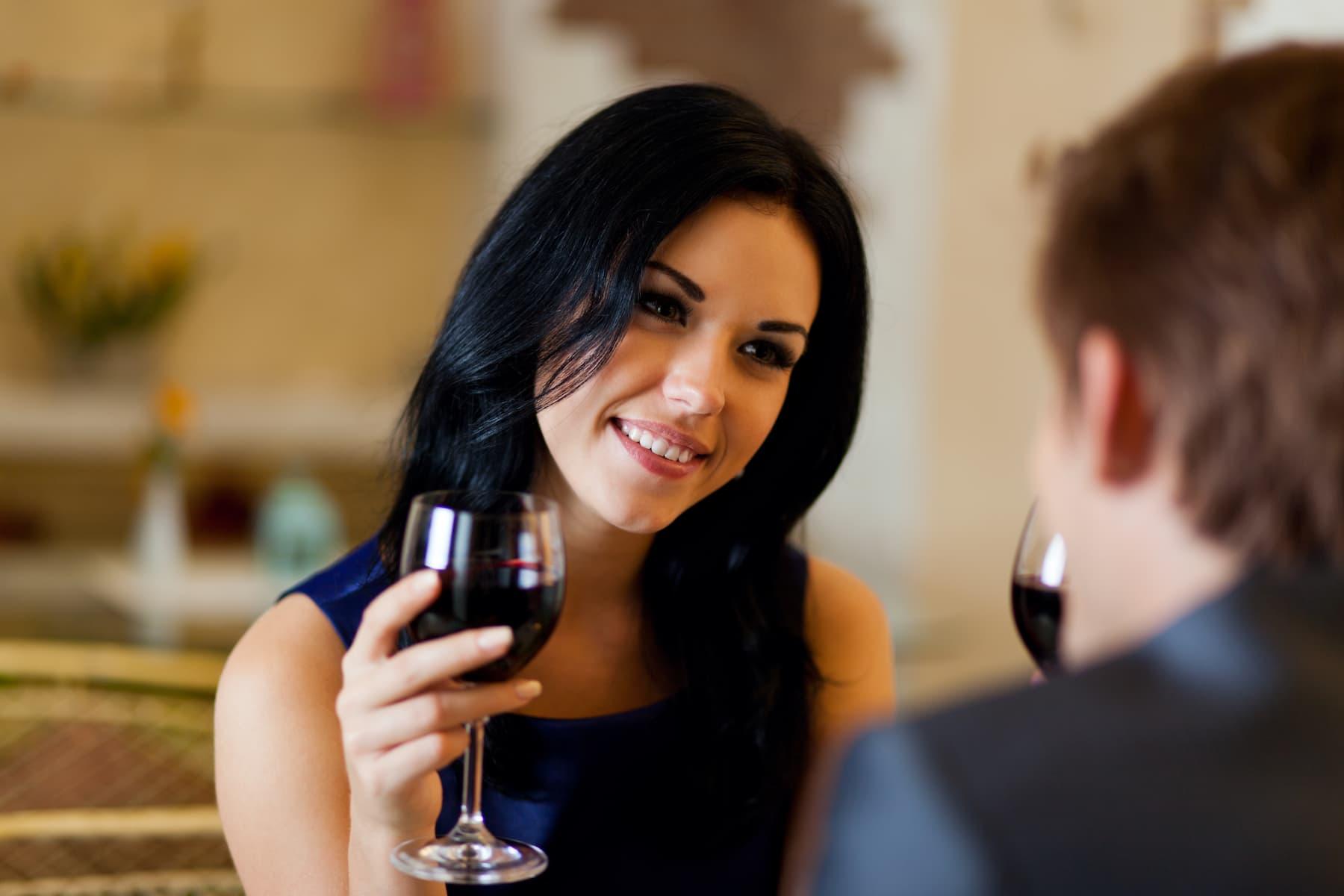 kobieta flirtuje, oznaki flirtu