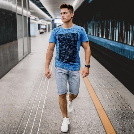 mężczyzna idzie, metro, pociąg, moda, koszulka z krótkim rękawem, męskie spodnie krótkie, białe buty