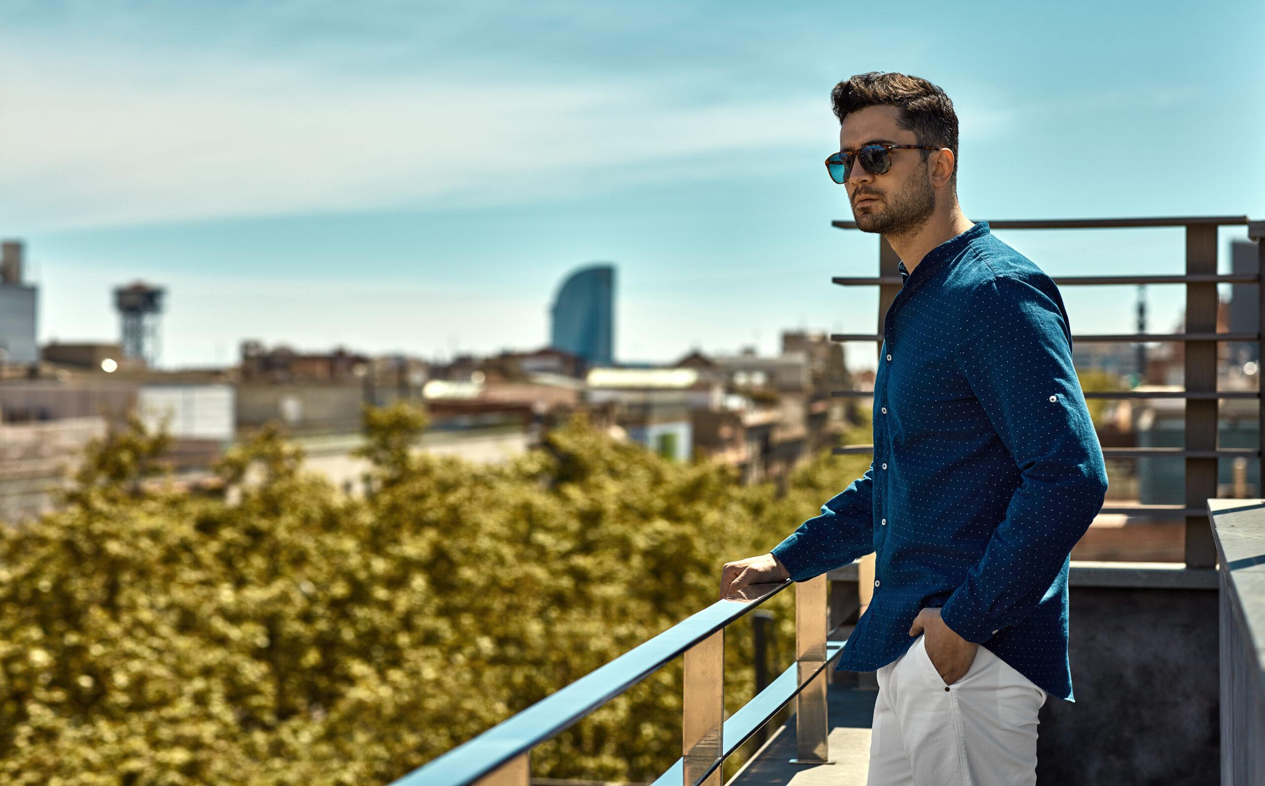 Elegancka koszula i krótkie spodenki. 3 męskie stylizacje