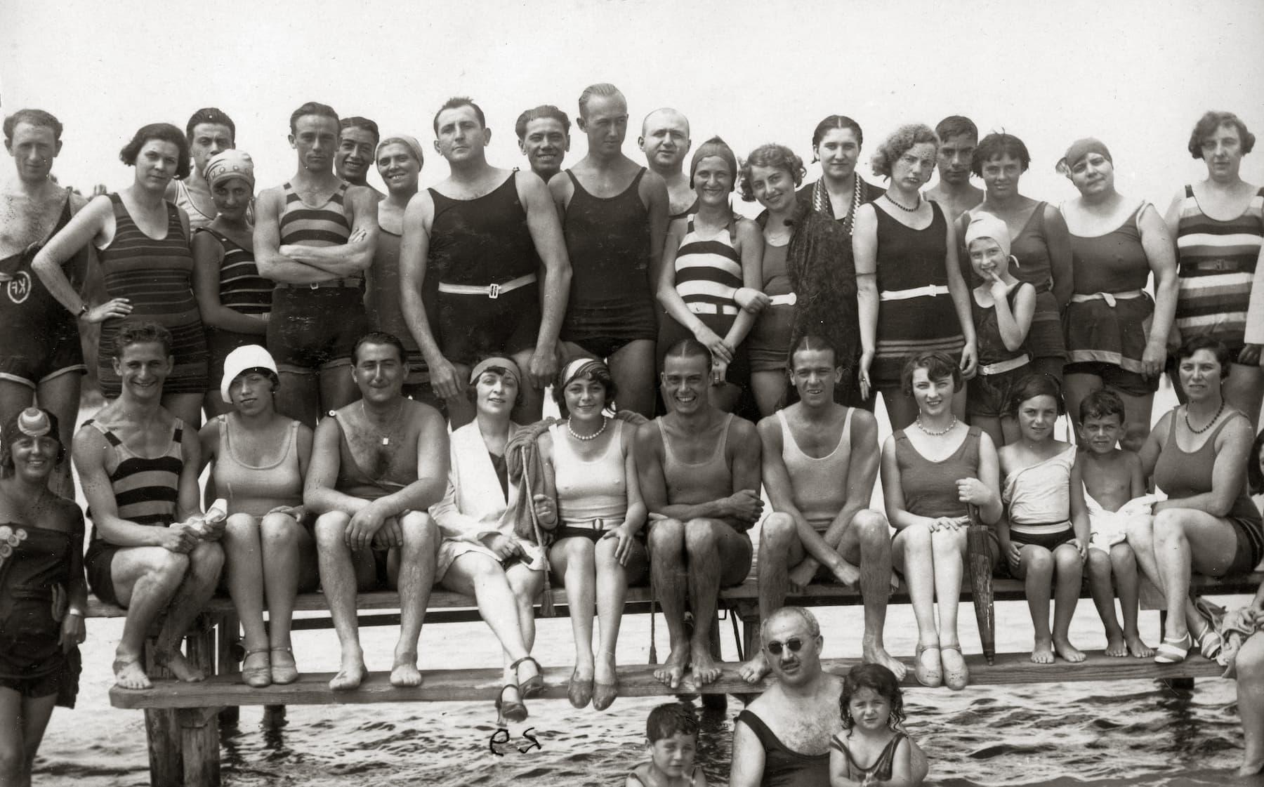 Stylizacje na plażę, moda plażowa męska, kąpielówki męskie, szorty kąpielowe męskie, lata 20 XX wieku