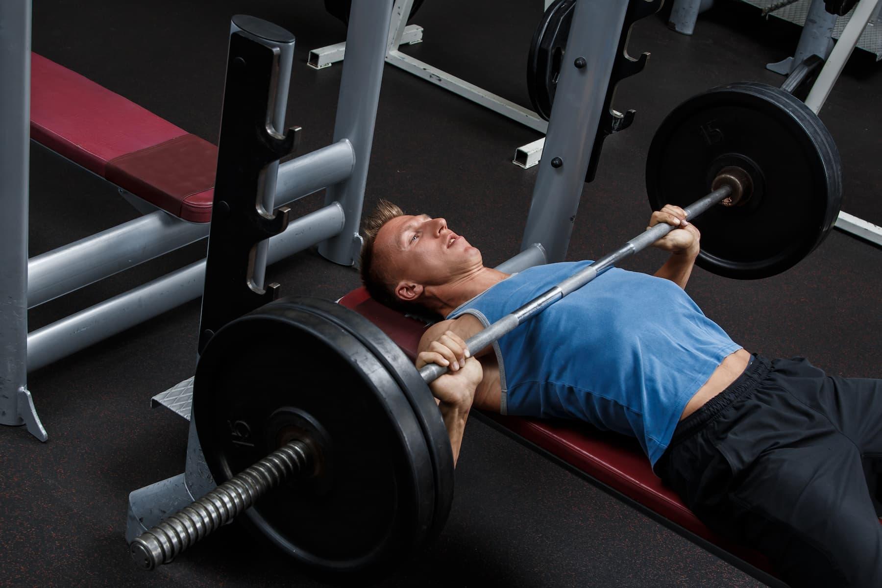 wyciskanie sztangi, trening siłowy w domu