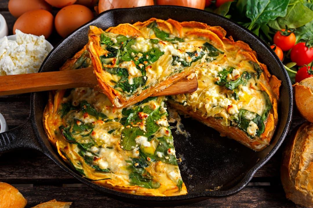 W czym jest dużo białka, śniadanie wysokobiałkowe, fritatta