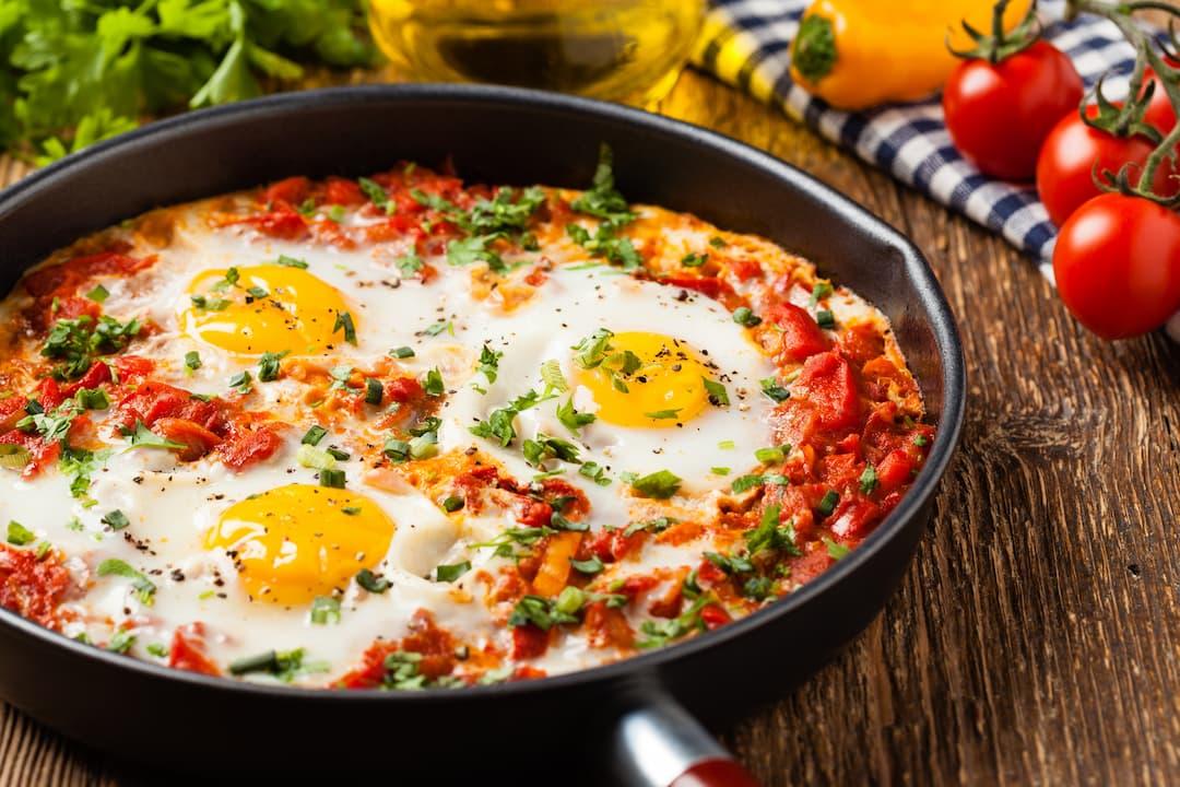 śniadanie wysokobiałkowe, dieta wysokoproteinowa, dieta bogata w białko, szakszuka